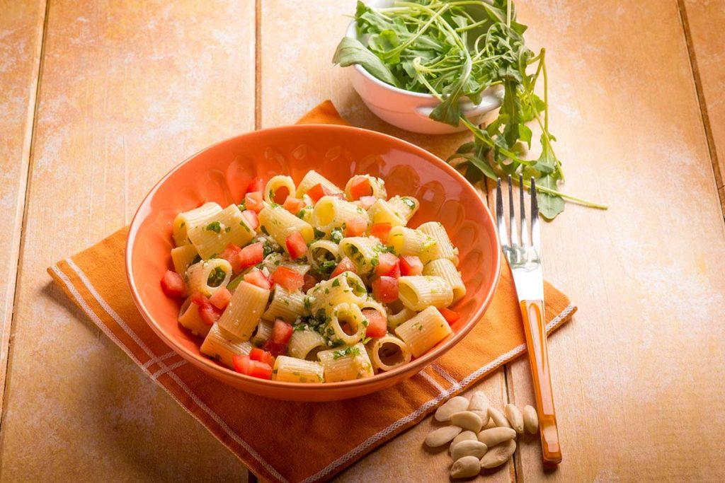 mezzemaniche, pesto, rucola, pomodorini, mandorle, olio, extravergine