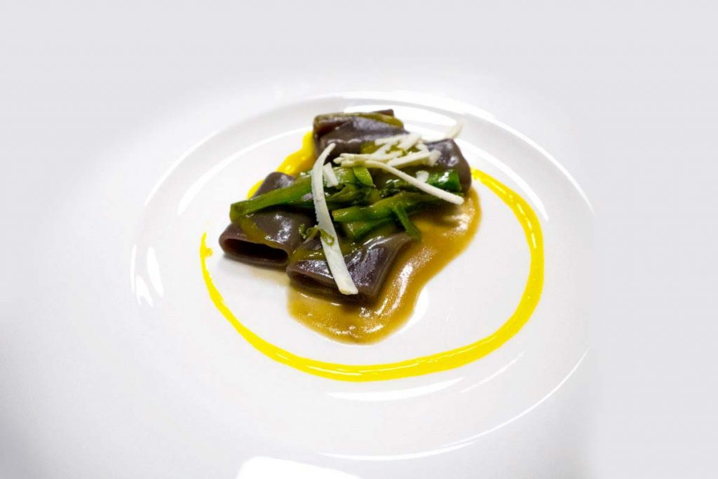 Casa Rustichella A tavola con gli chef Paccherini ai frutti di bosco con distillato di porcini asparagi zafferano e ricotta affumicata al ginepro ricette