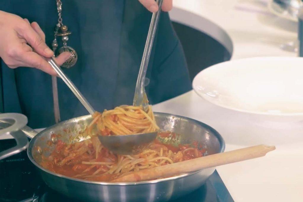 Casa Rustichella A tavola con gli chef Spaghettone PrimoGrano allAmatriciana di Maria Stefania Peduzzi ricette