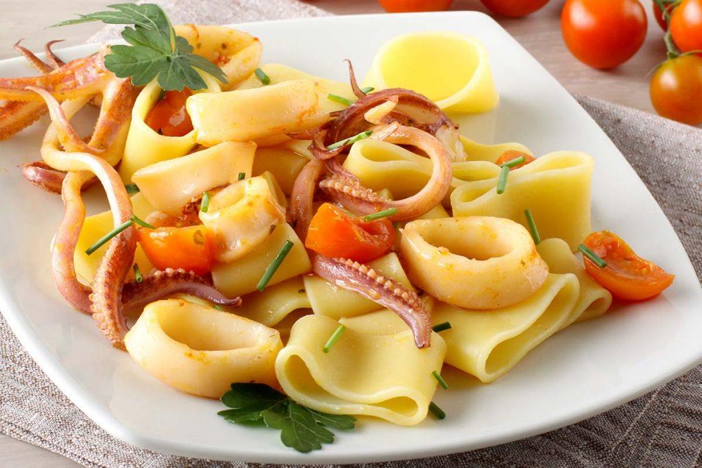 Casa Rustichella Calamarata con ciuffi di calamaro e pomodorini ricette