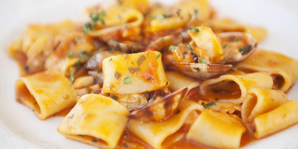 calamarata, vongole, rustichella d'abruzzo, passata di pomodoro
