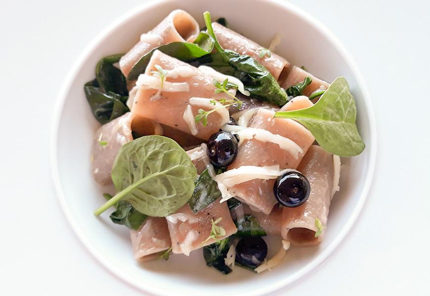 Paccherini alla Fragola Rustichella d'Abruzzo con spinaci, mirtilli e pecorino