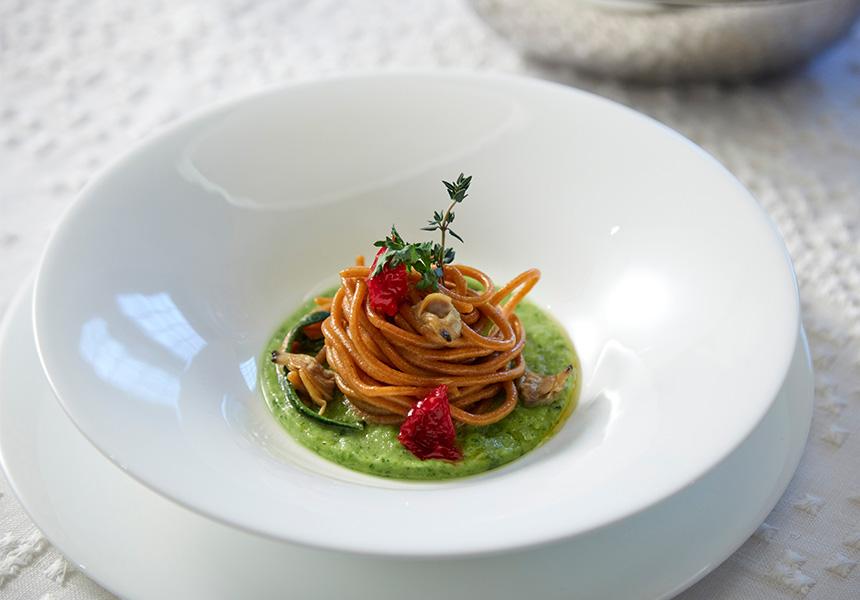 Casa Rustichella spaghetti integrali bio con pomodorini secchi e vongole su vellutata di fagiolini